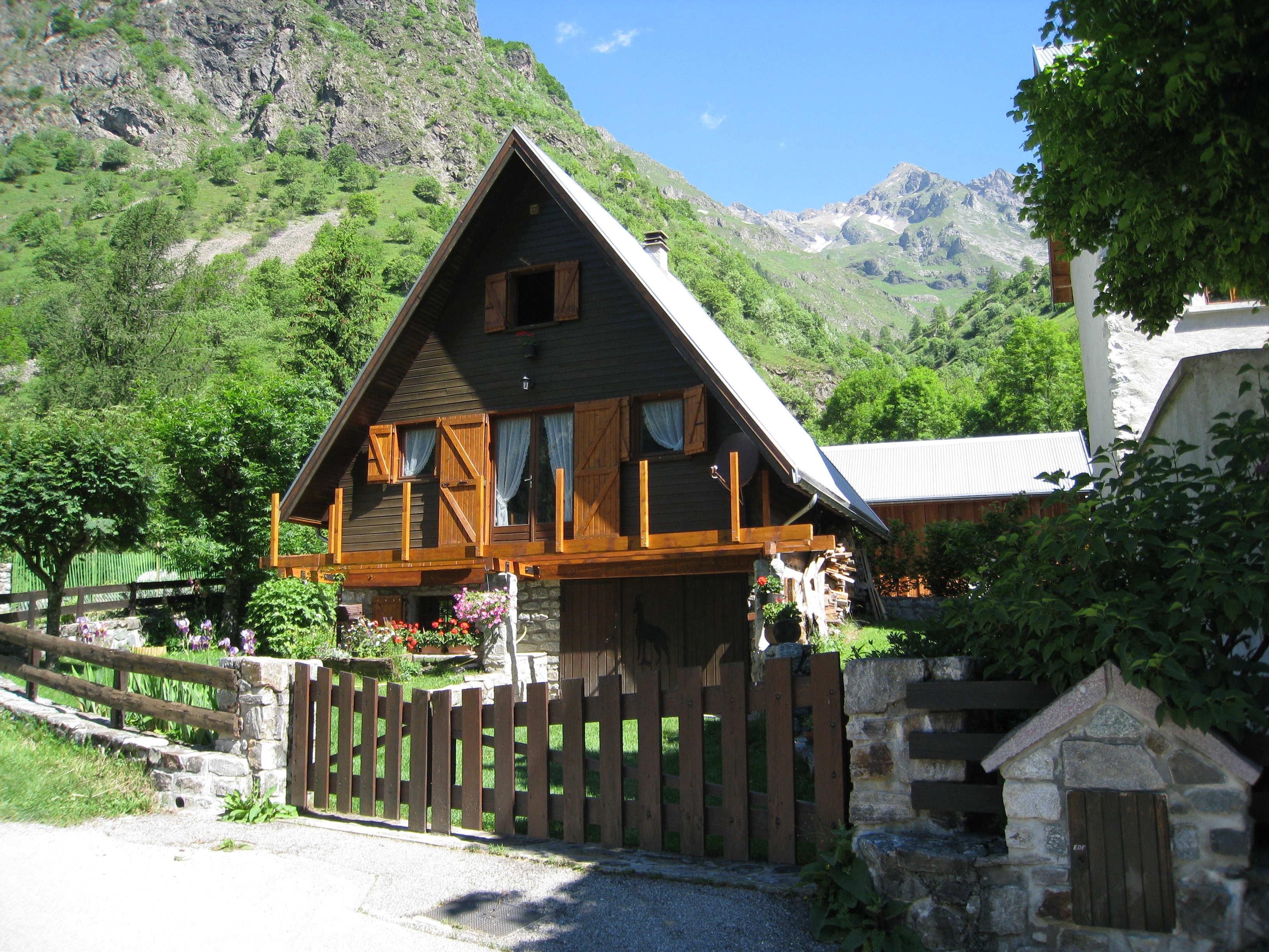 une maison avec en arri re plan les montagnes maison de montagne. Black Bedroom Furniture Sets. Home Design Ideas